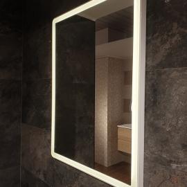 Valge raamiga valgustatud peegel 60x80cm